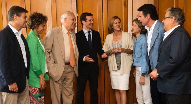 Pablo Casado junto a los ex ministros del Gobierno de Rajoy que le han...